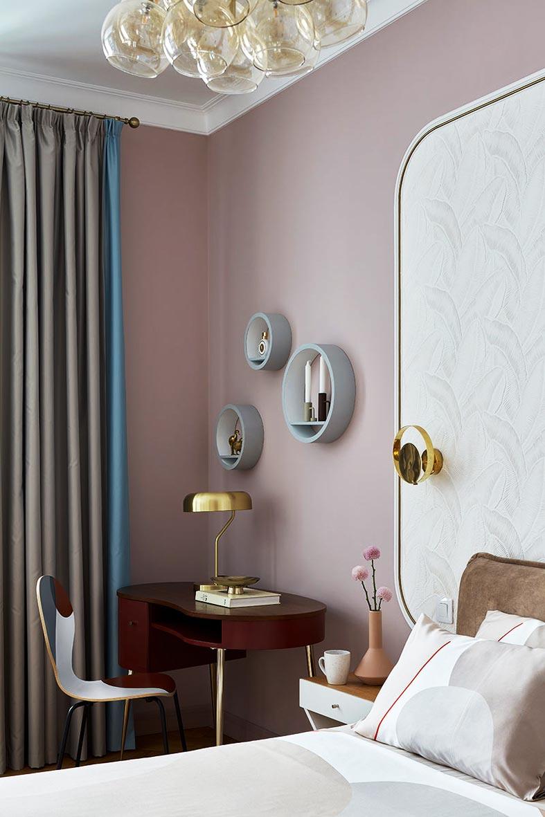 рабочий стол с настольной лампой в спальне фото
