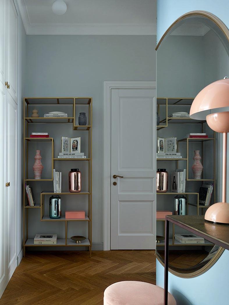 домашний рабочий кабинет со стеллажами для книг