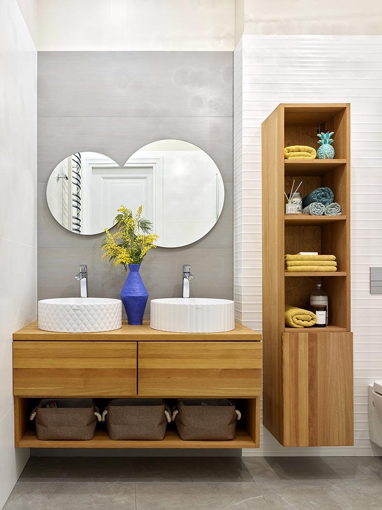 деревянные шкафы в ванной, двойной умывальник на тумбе