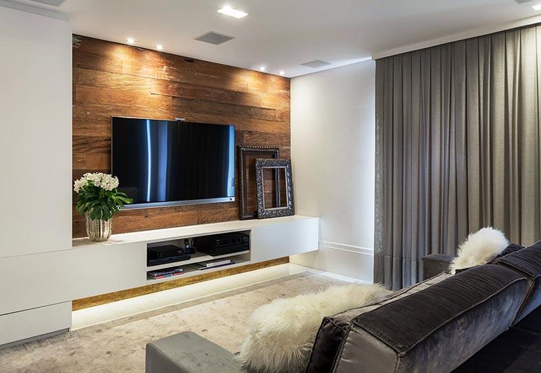 телевизор на деревянной панели из МДФ в гостиной
