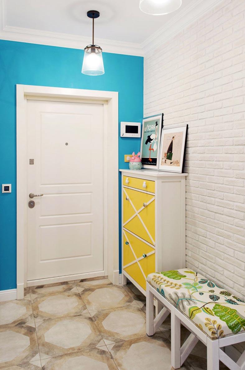 яркий интерьер прихожей - голубые стены и желтый комод