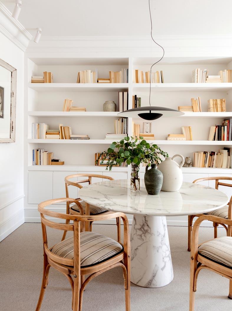 стеллаж с книгами, встроенный в нишу гостиной комнаты