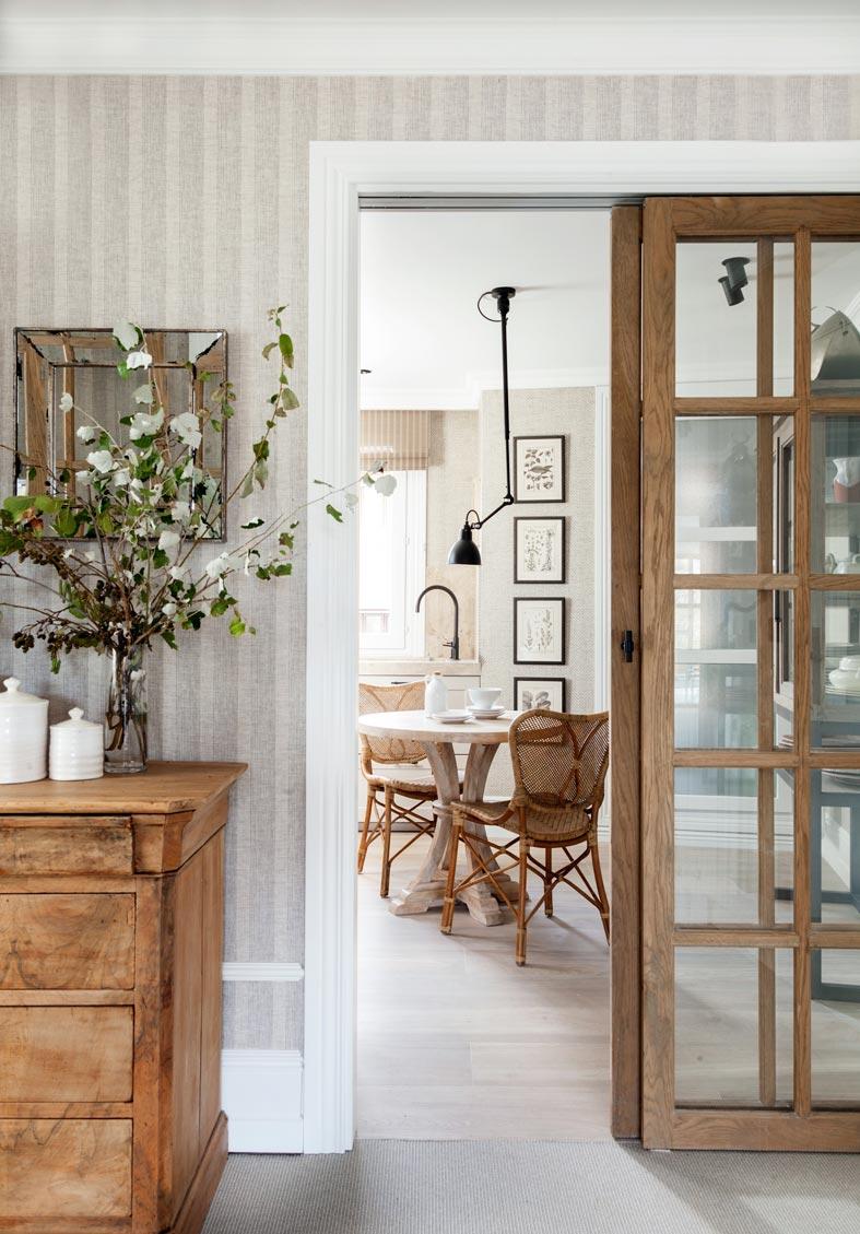 обилие мебели из натурального дерева в квартире