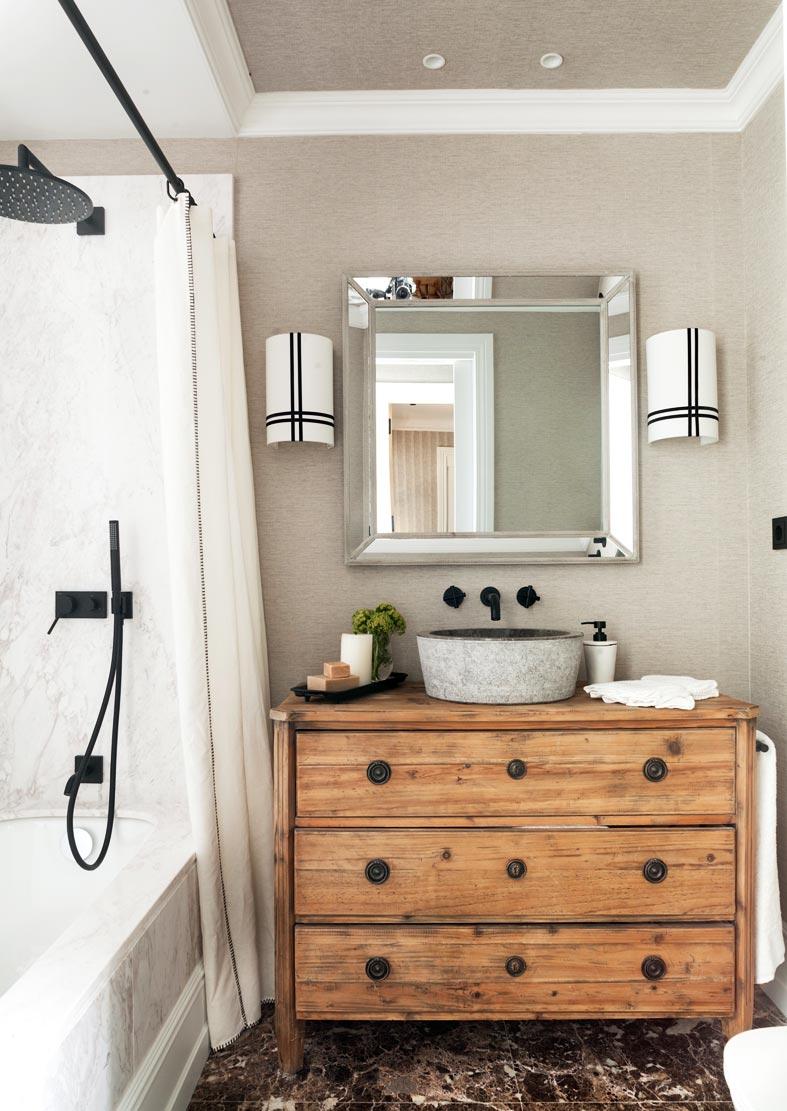 комод из дерева под раковину в ванной комнате