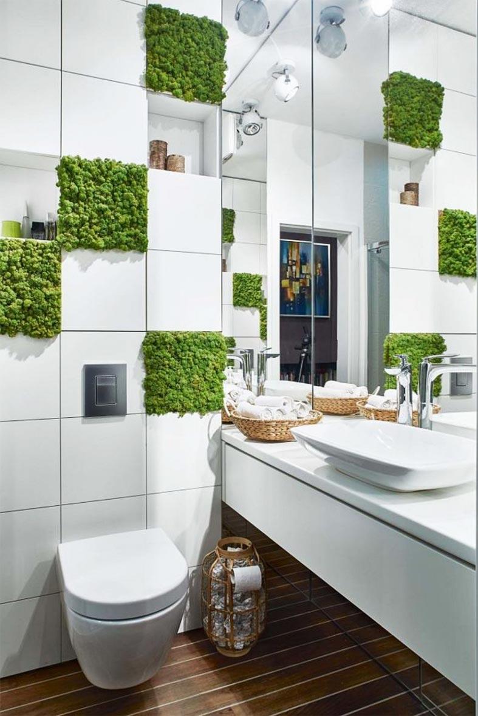 участки с декоративным мхом на белом кафеле в туалете