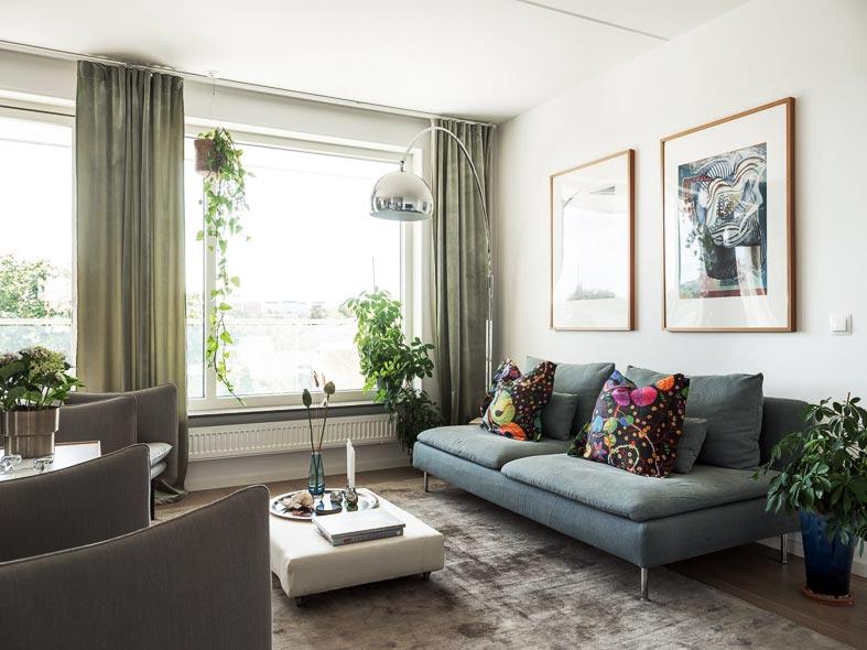 серый диван, яркие подушки, арочный торшер