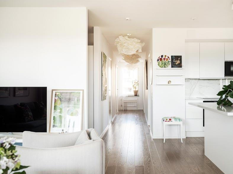 белый интерьер гостиной и кухни, бумажная люстра из икеи