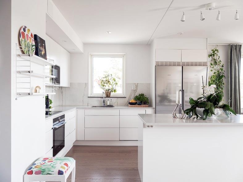 кухня белого цвета только с нижними шкафчиками
