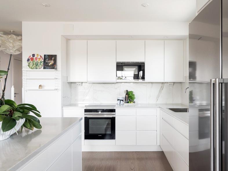 большой остров на кухне, гладкие панели кухонного гарнитура