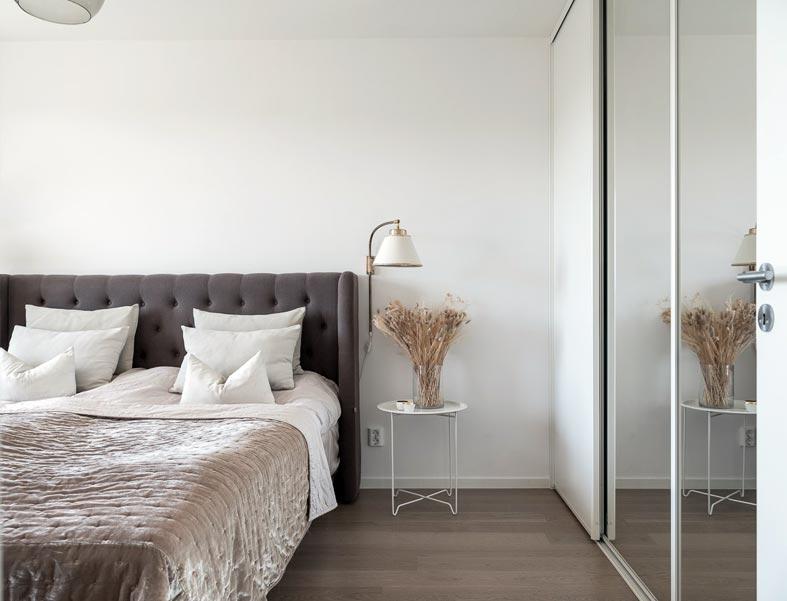 встроенный шкаф-купе в спальне напротив кровати
