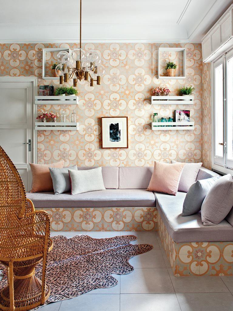 винтажный кафель для стен, белые деревянные полки из ящиков