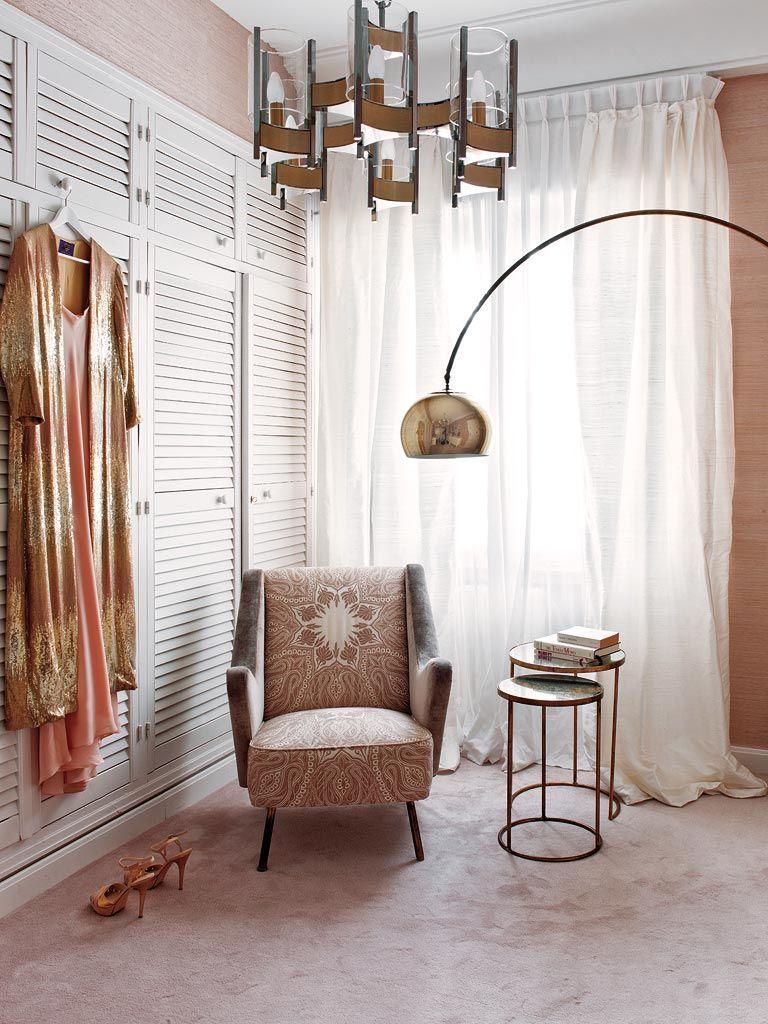 система шкафов для одежды в спальне, красивое кресло и столик