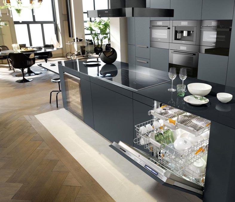 современный дизайн кухни в темном цвете со встроенной техникой