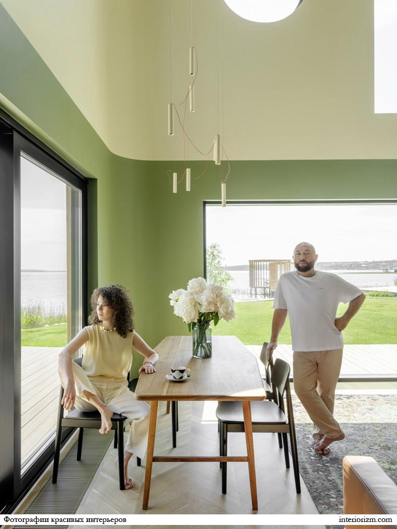 фисташковый цвет стен в доме, безрамные окна