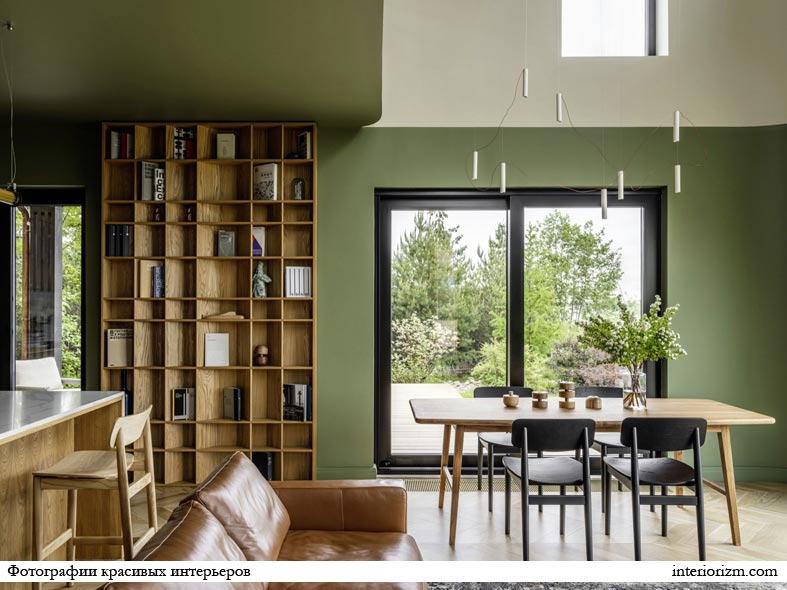 бледно-зеленый цвет стен, открытые стеллажи с книгами