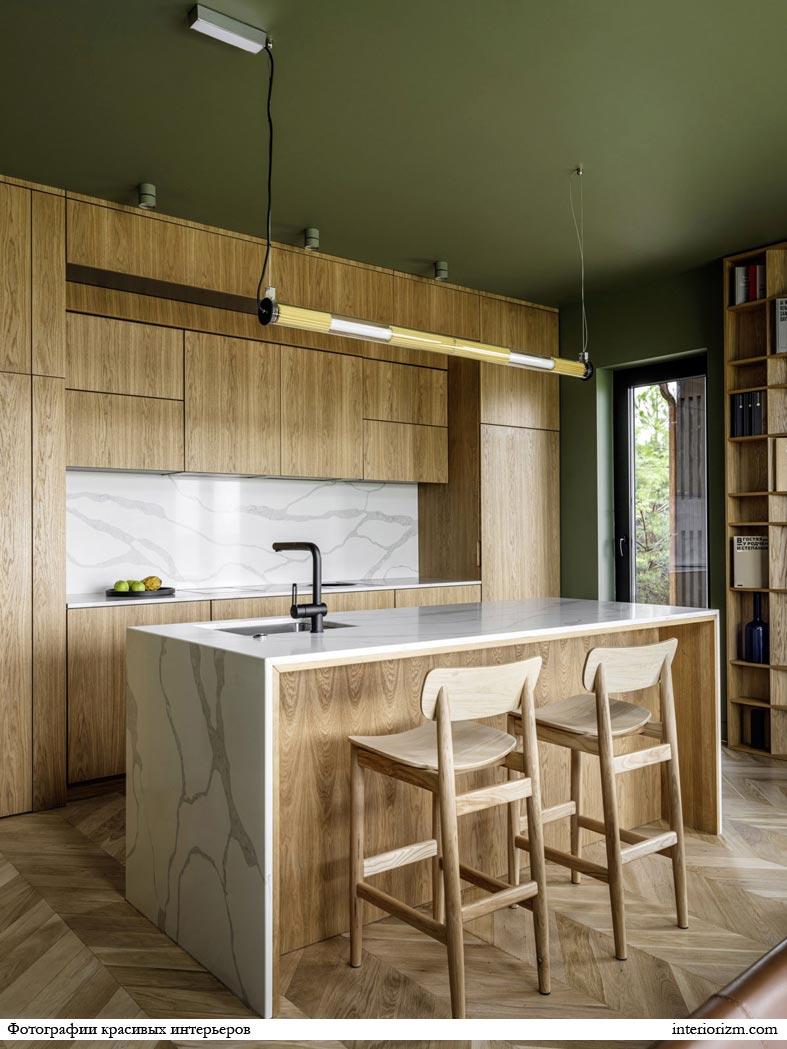 лаконичный дизайн интерьера кухни из дерева