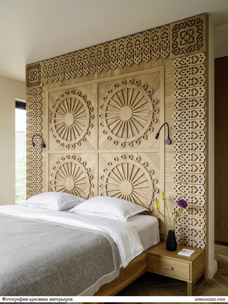 деревяннок изголовье, резная стена за кроватью