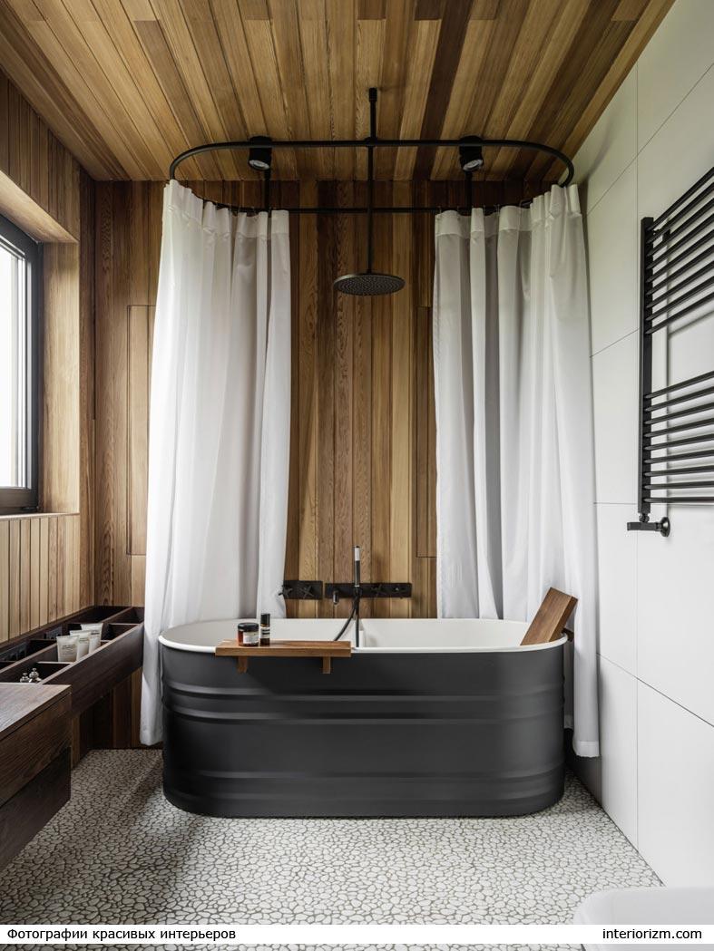 сочетание дерева и белого кафеля в ванной комнате