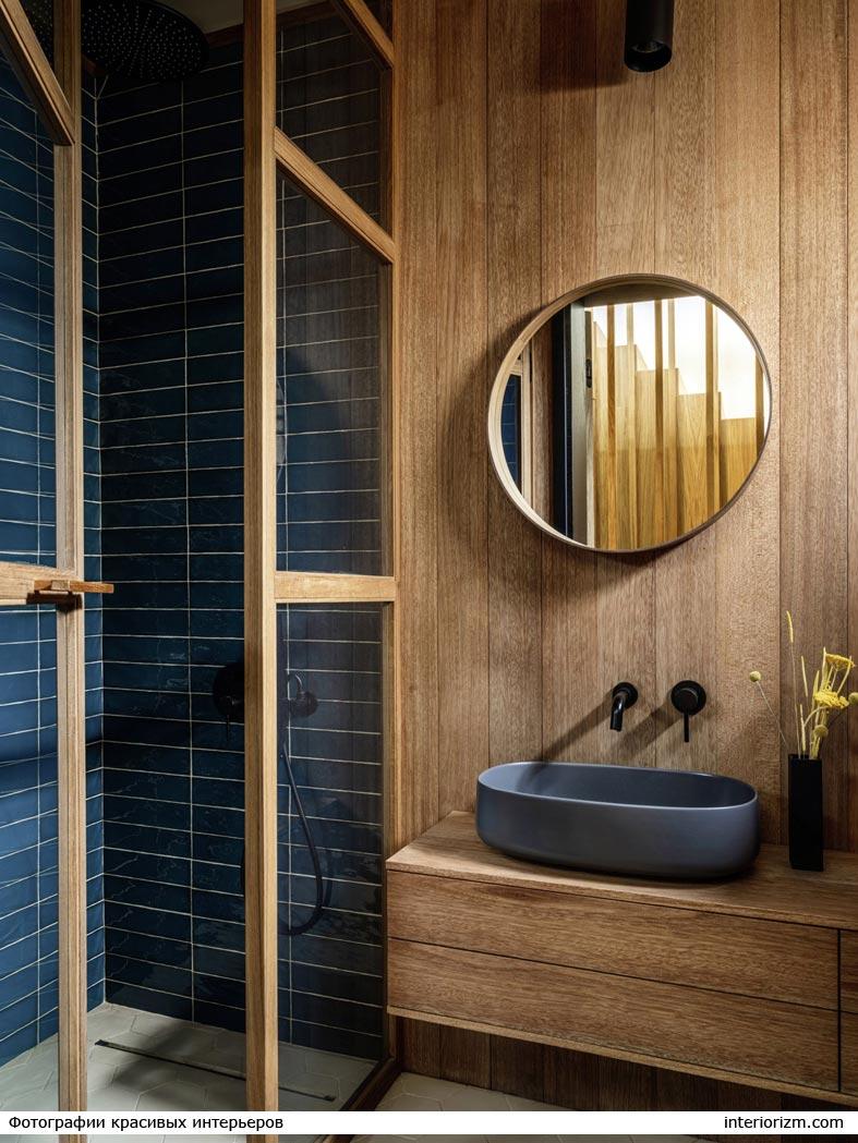 красивая ванна из дерева с душевой кабиной