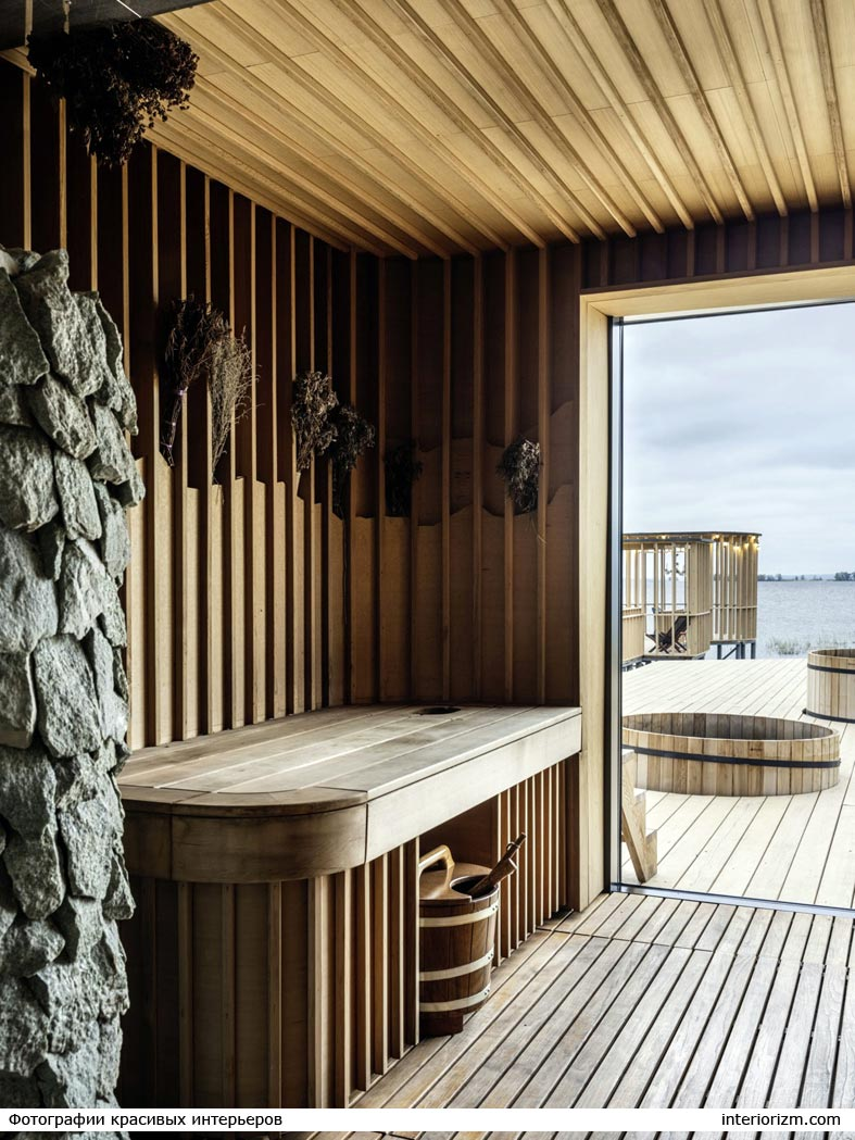 деревянное помещение сауны с видом на реку