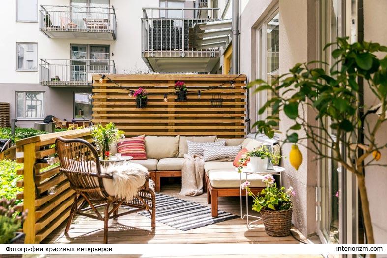балкон, оббитый деревянными рейками