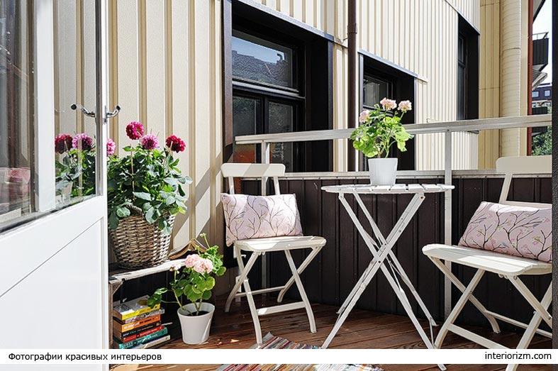 белая складная мебель на балконе, плетеная корзина