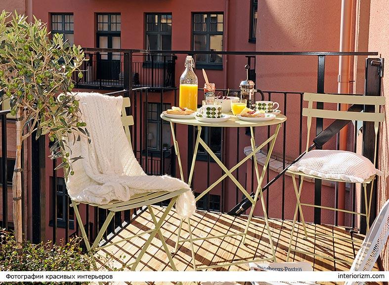 комплект мебели белого цвета для балкона