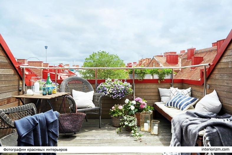 уютная терраса с плетеной мебелью и цветами