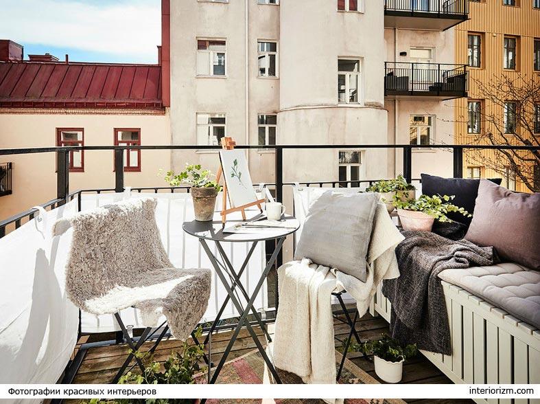 маленький круглый столик для посиделок на балконе