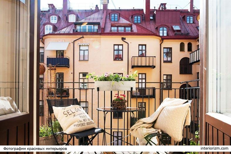 уютный балкончик со столиком и стульями