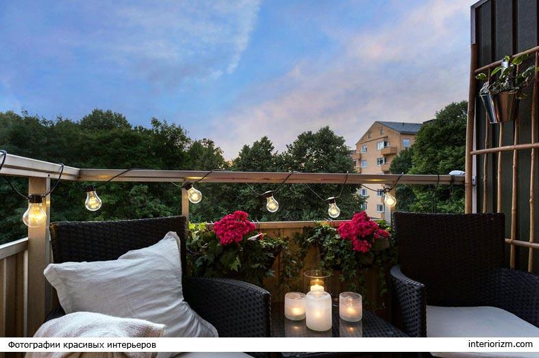 уютная атмосфера на балконе - свечи и гирлянды