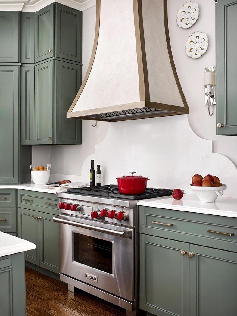 темно-оливковый цвет кухонной мебели, вытяжка в ретро стиле