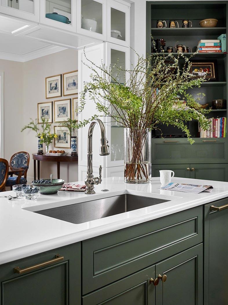 остров на кухне со встроенной раковиной и ящиками