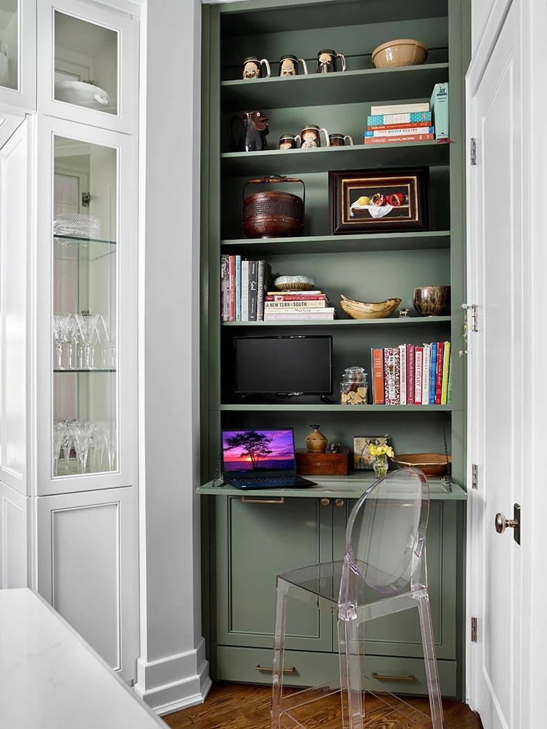 небольшой уголок в шкафу для рабочего стола на кухне