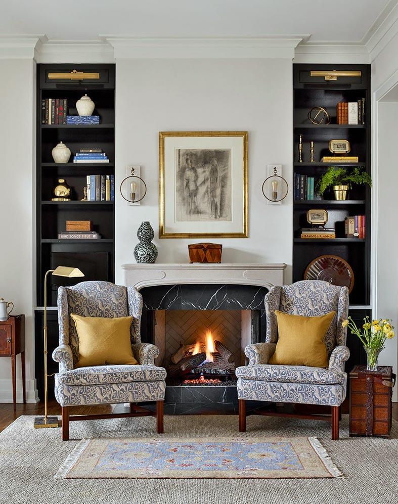 место для отдыха с камином и двумя креслами в интерьере кухни