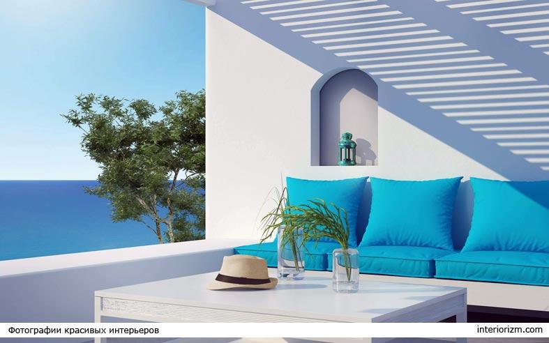 бело-синее сочетание декора на балконе фото