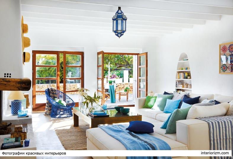 белый интерьер гостиной комнаты в средиземноморском стиле