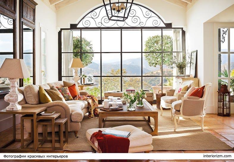 окно без штор в форме арки и с прекрасным видом