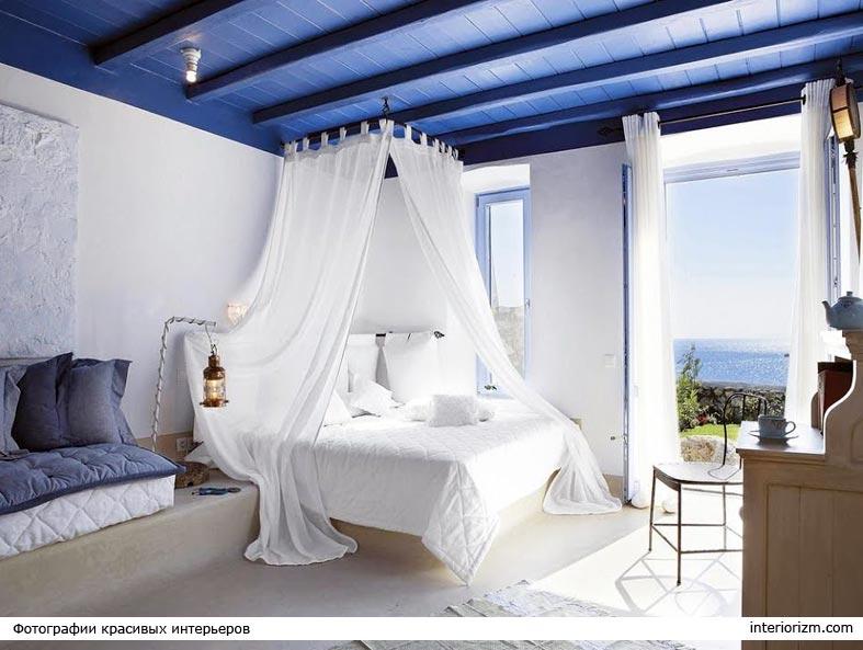 спальня с белыми стенами и синим потолком фото