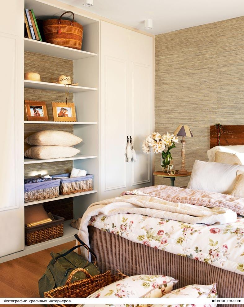 удобный шкаф в спальне с открытыми полками для хранения
