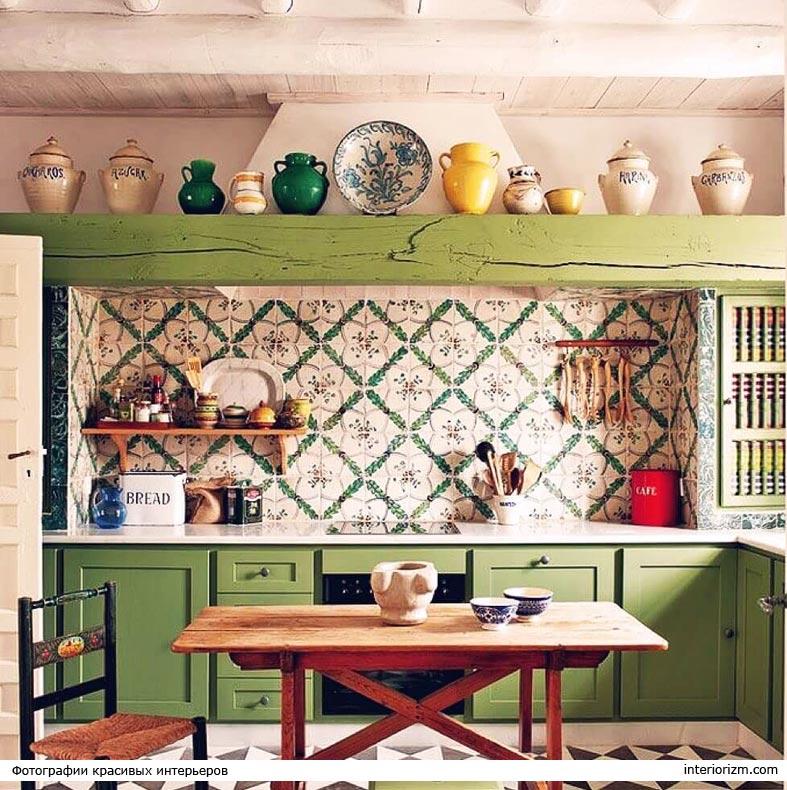 кухонный фартук с орнаментом на средиземноморской кухне